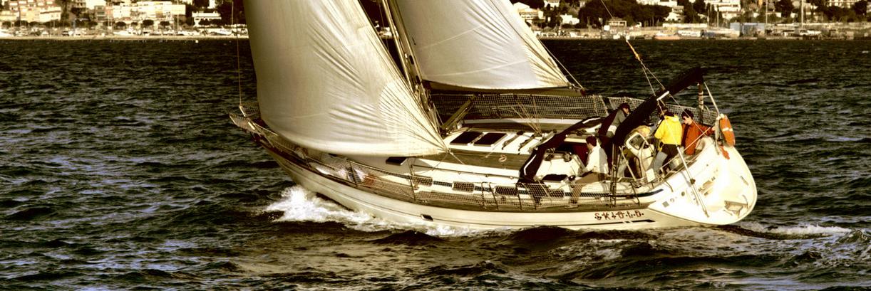 velero navegando a toda vela